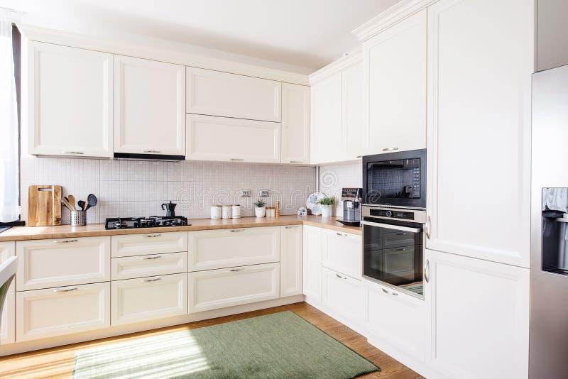 Nowy kuchenny wnętrze z nowożytnym meble w luksusowym domu zdjęcia royalty free