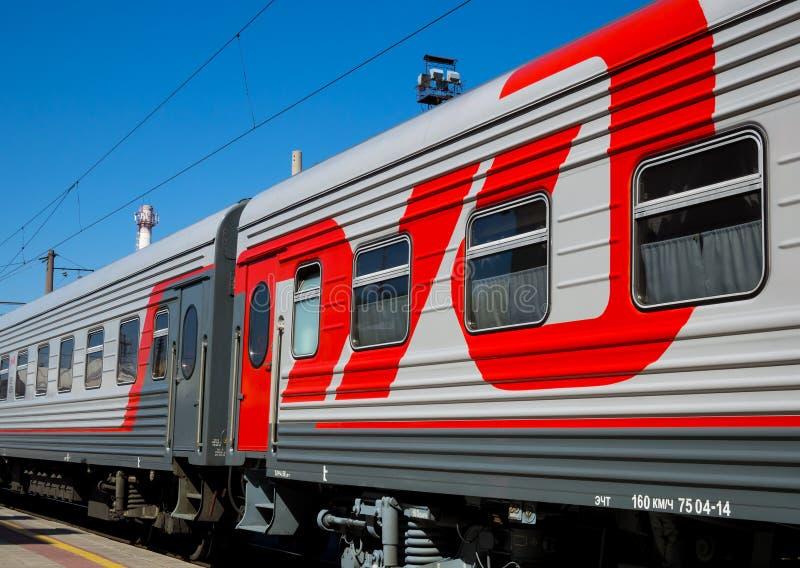 Nowy linia kolejowa samochód z ` kolei Rosyjskim ` w sposobach stacyjny loga ` Voronezh-1 ` fotografia stock
