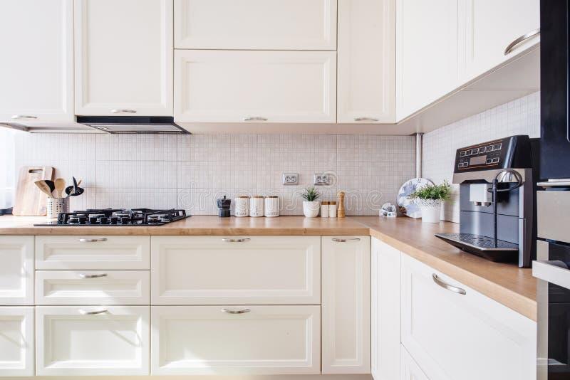 Nowy luksusu dom, nowożytny meble z drewnianymi szczegółami zdjęcia stock