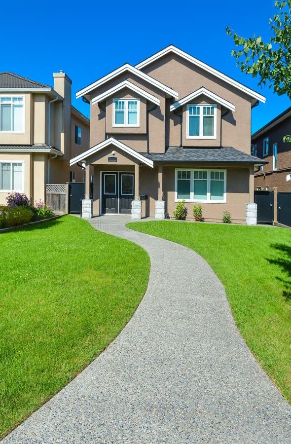 Nowy mały rodzina dom z betonowym droga przemian w Vancouver, kolumbia brytyjska obraz royalty free