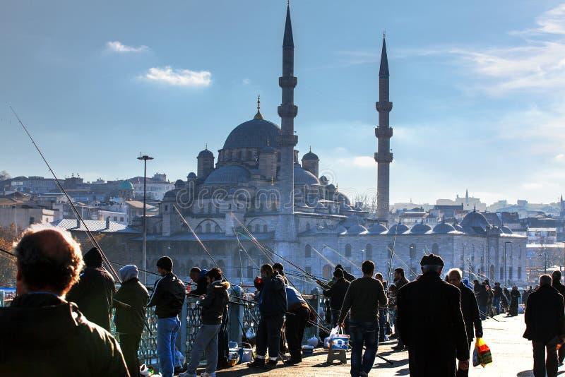 Nowy meczet i rybacy na Galata moście zdjęcia royalty free