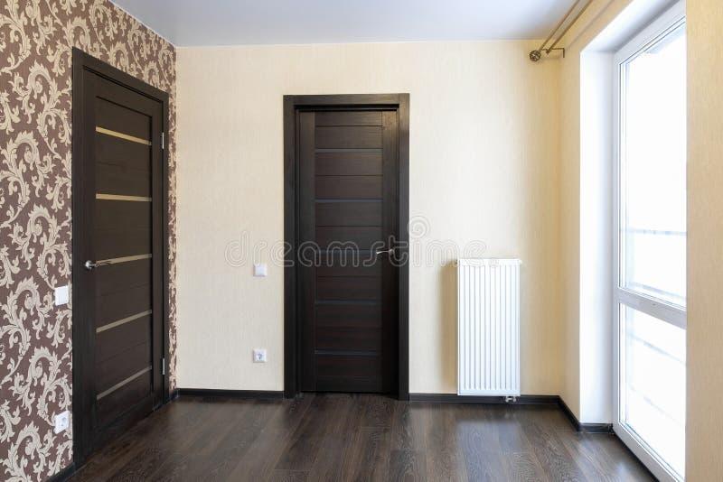 Nowy mieszkanie, pusty pokój, wejściowy drzwi obraz stock