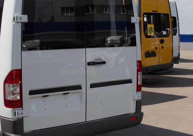 Nowy minibus dla sprzedaży w parking fotografia royalty free