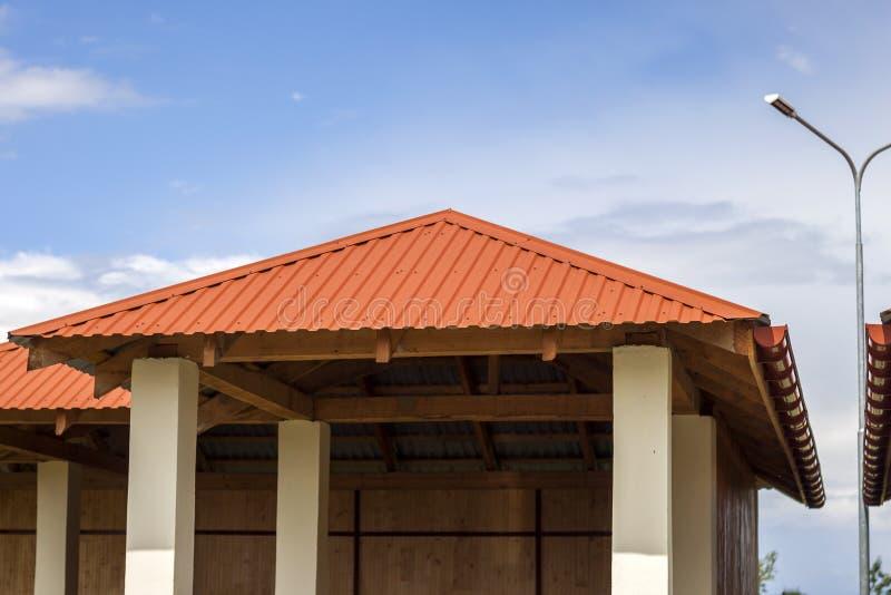 Nowy nowożytny alkierz na dziecina boisku z jaskrawym pomarańczowym tafluje dachem na niebieskiego nieba tle obraz stock