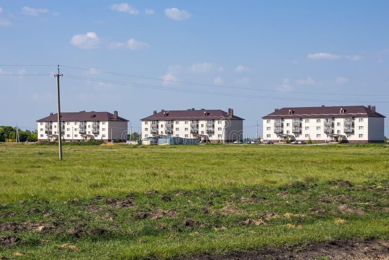 Nowy nowożytny dwupiętrowy mieszkanie dom na obrzeżach fotografia royalty free