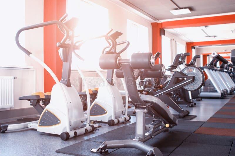 Nowy nowożytny gym z ćwiczenia wyposażeniem dla ciężar straty i rozwoju wytrzymałość, karuzele, wyposażenie, sala gimnastyczna obraz royalty free