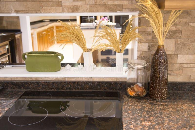 Nowy nowożytny kuchenny wnętrze z Elektryczną benzynową kuchenką zdjęcia royalty free