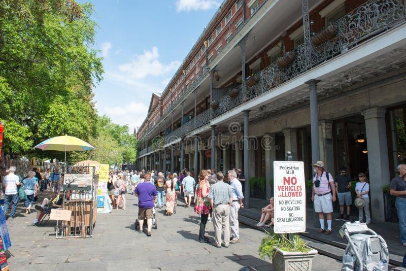 NOWY ORLEAN, los angeles - KWIECIEŃ 13: Ulica w dzielnicie francuskiej Nowy Orlean, Luizjana pokazuje historycznych buldings z un fotografia stock