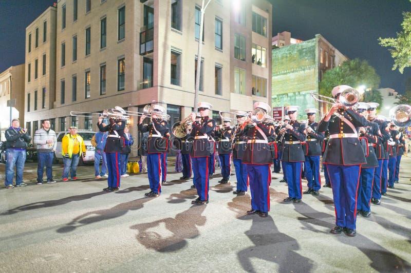 NOWY ORLEAN, los angeles - LUTY 2016: Miasto ulicy przy nocą dla Mardi obrazy stock