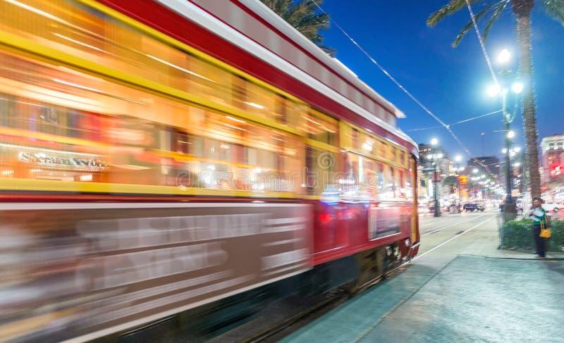 NOWY ORLEAN, LUTY - 11, 2016: Nowy Orlean tramwaj przy nocą, zdjęcia royalty free