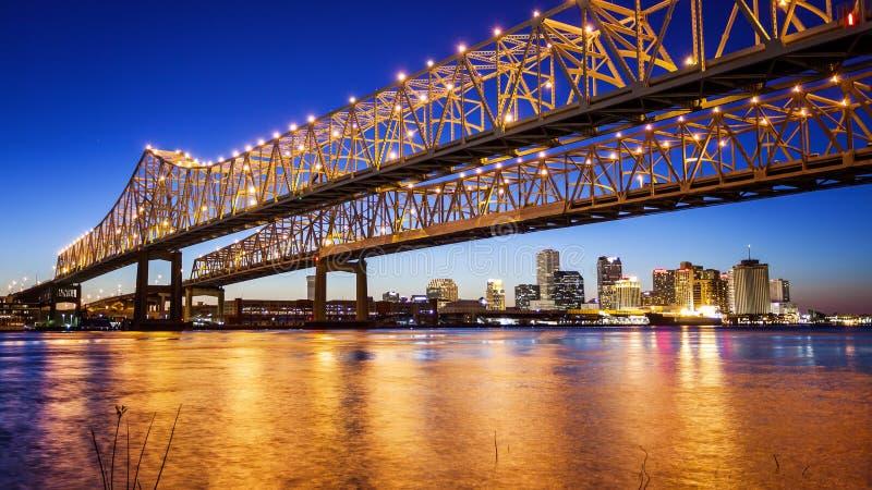 Nowy Orlean miasta linia horyzontu & półksiężyc miasta związku most przy N obraz stock