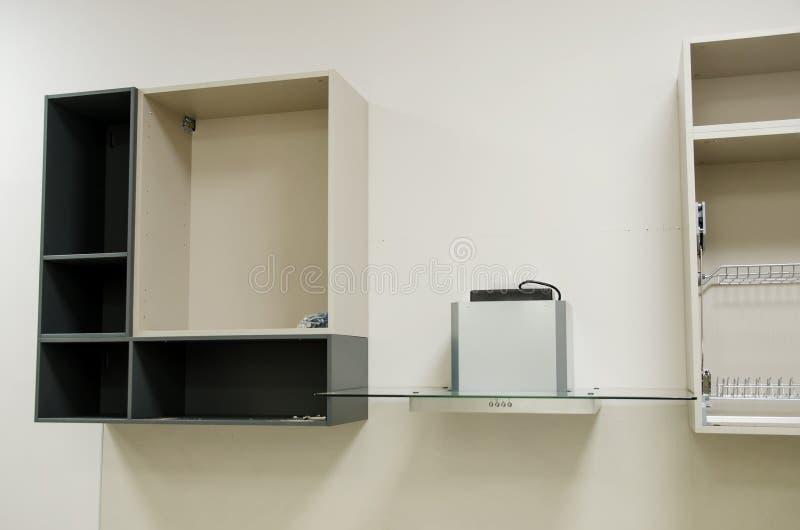 Nowy otwarty kuchenny meble przygotowywający dla gromadzić instalacja kuchenny meble sam zdjęcie royalty free