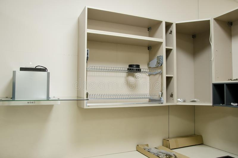 Nowy otwarty kuchenny meble przygotowywający dla gromadzić instalacja kuchenny meble sam obraz stock