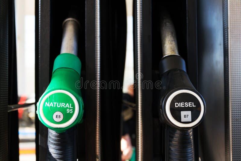 Nowy paliwowy etykietowanie przy stacj benzynowych pompami z nowymi UE etykietkami zdjęcia stock