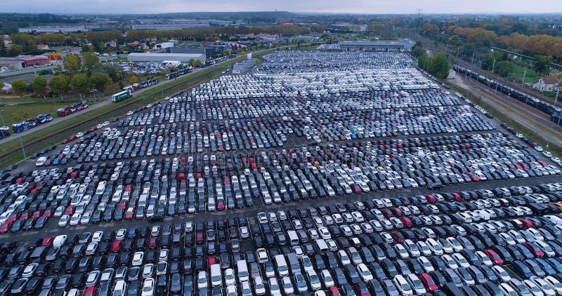 Nowy parking samochodowy i ciężarówka obraz stock