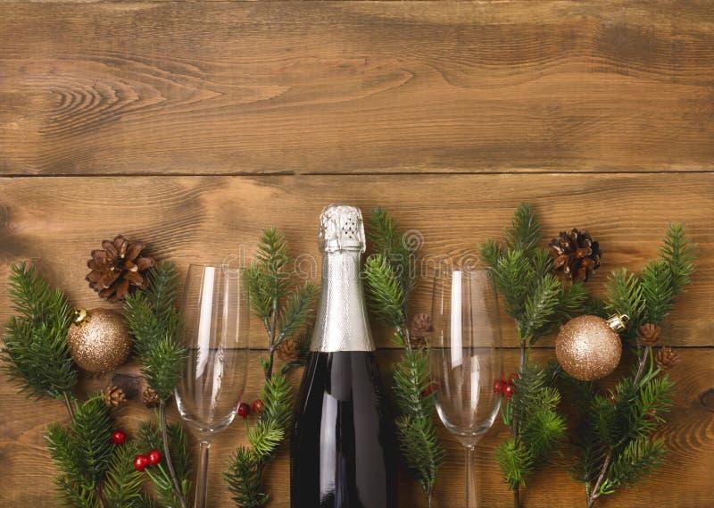 Nowy Rok Bożenarodzeniowego świętowania tła z parą Wineglasses i butelka Szampańska Bożenarodzeniowa nowy rok karty jodły dekorac zdjęcia stock
