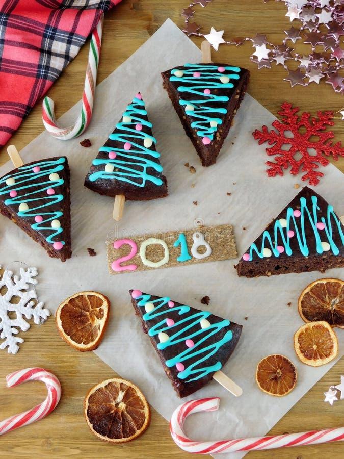 Nowy rok 2018 Bożenarodzeniowy ciasto, cukierki i dekoracje, obrazy royalty free