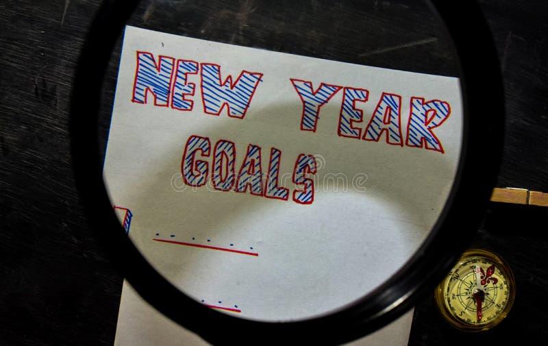 Nowy Rok celów ręcznie pisany tekst na papierze z markierem, kompas i używa powiększać - szkło fotografia stock