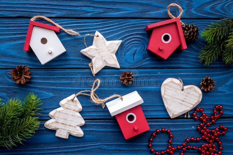 Nowy Rok dekoracje z zabawkami i choinki branche na błękitnym drewnianym tle nakrywają veiw fotografia royalty free