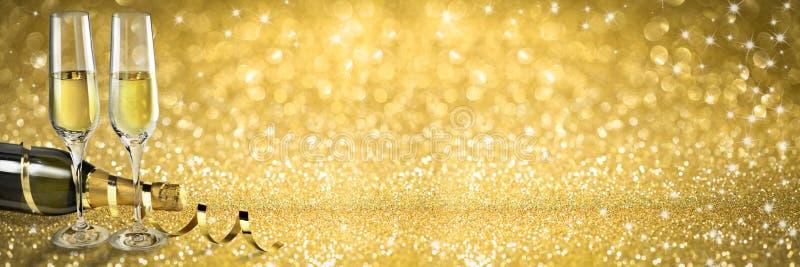 Nowy Rok grzanki szampański sztandar, złoty tło obraz stock