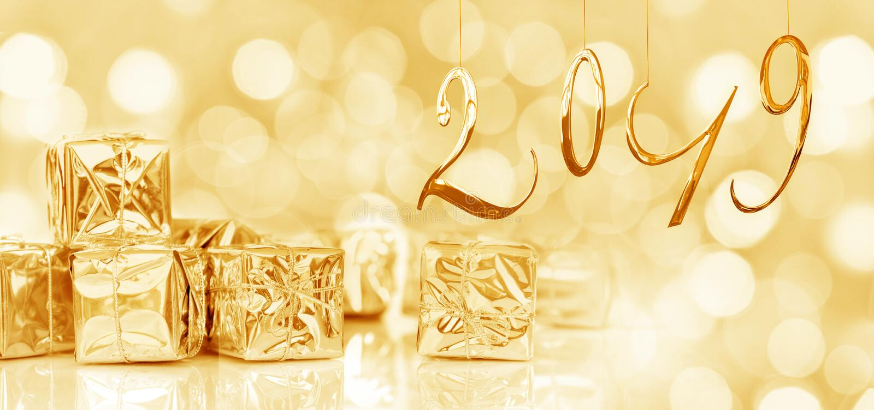 2019 nowy rok karta, Mali Bożenarodzeniowi prezenty w błyszczącym złotym papierze, zaświeca tło zdjęcie stock