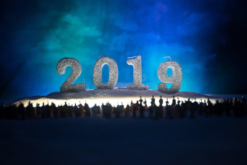 Nowy rok lub boże narodzenie zakupy wakacyjny pojęcie Sklep promocje Sylwetka wielki tłum ludzie ogląda przy dużym zakupy fotografia royalty free