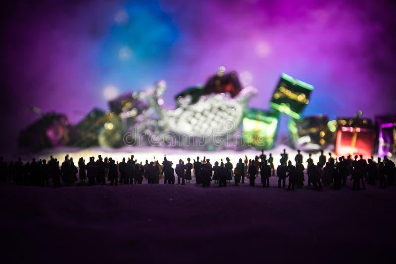 Nowy rok lub boże narodzenie zakupy wakacyjny pojęcie Sklep promocje Sylwetka wielki tłum ludzie ogląda przy dużym zakupy zdjęcia stock