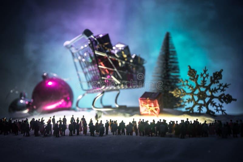 Nowy rok lub boże narodzenie zakupy wakacyjny pojęcie Sklep promocje Sylwetka wielki tłum ludzie ogląda przy dużym zakupy fotografia stock