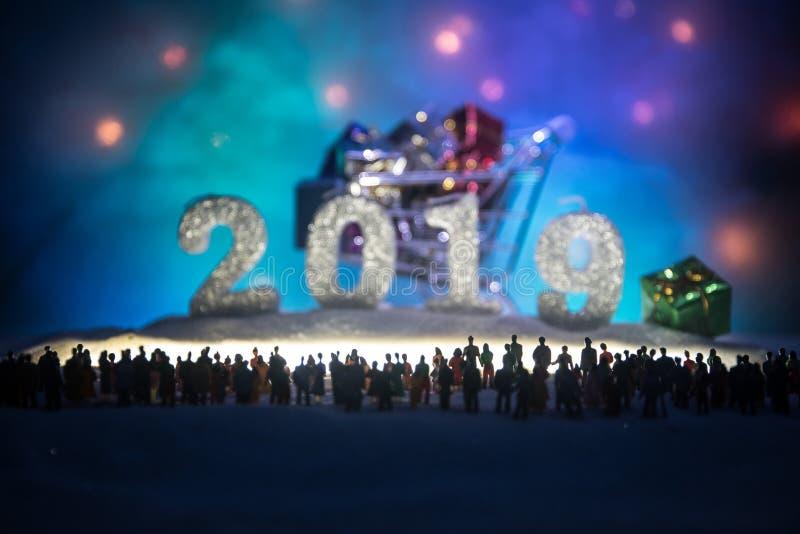 Nowy rok lub boże narodzenie zakupy wakacyjny pojęcie Sklep promocje Sylwetka wielki tłum ludzie ogląda przy dużym zakupy obrazy stock