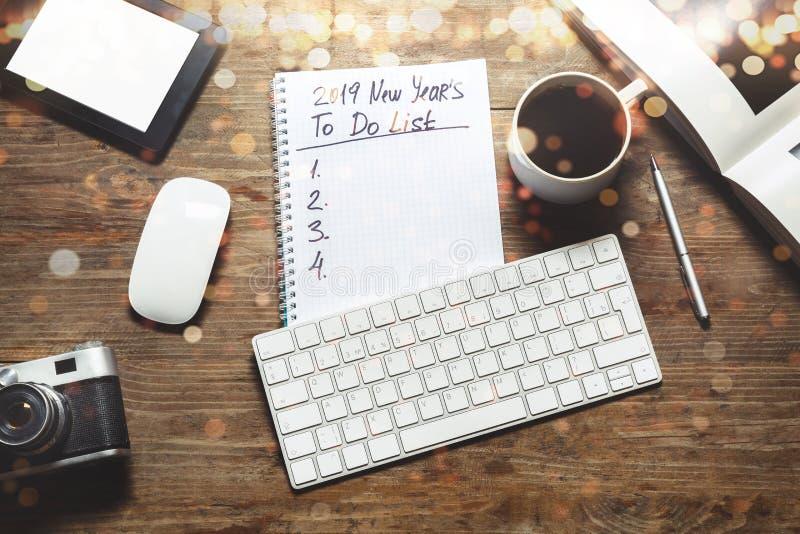 Nowy rok motywacja w 2019 pojęciu Notepad z robić liście, pastylce, pióru, klawiaturze i filiżanka kawy, odgórny widok, mieszkani obrazy royalty free