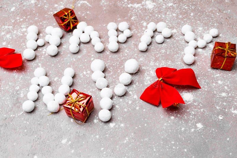 nowy rok 2019 na kamiennym tle z prezenta pudełkiem, śniegiem i boże narodzenie dekoracją, zdjęcie stock