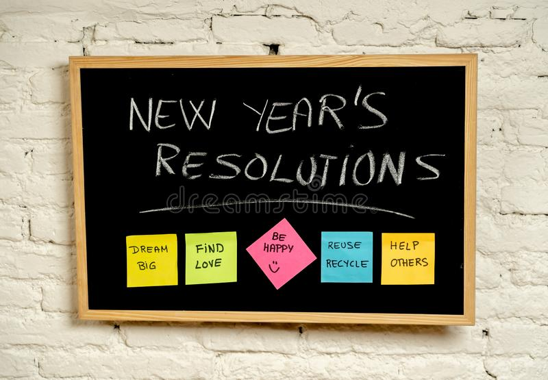 Nowy Rok postanowienia lub popularna kleista poczta na kredowym blackboard celów i kolorowej swój notatki fotografia stock