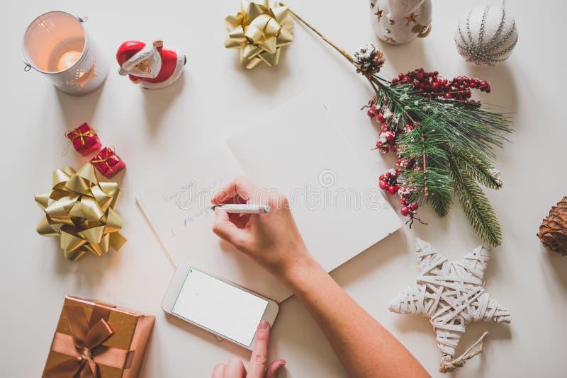 Nowy rok postanowienia pisać z ręką na notatniku z nowego roku deco fotografia stock