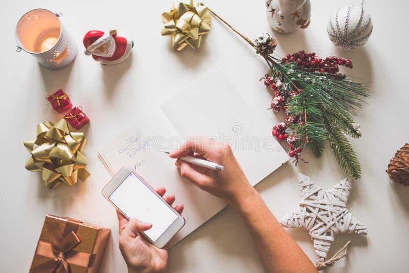 Nowy rok postanowienia pisać z ręką na notatniku z nowego roku deco obrazy stock