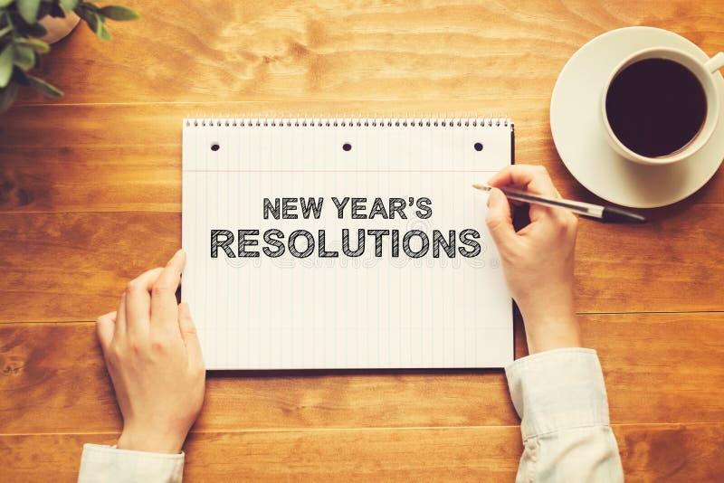 Nowy Rok postanowienia z osobą trzyma pióro obraz royalty free