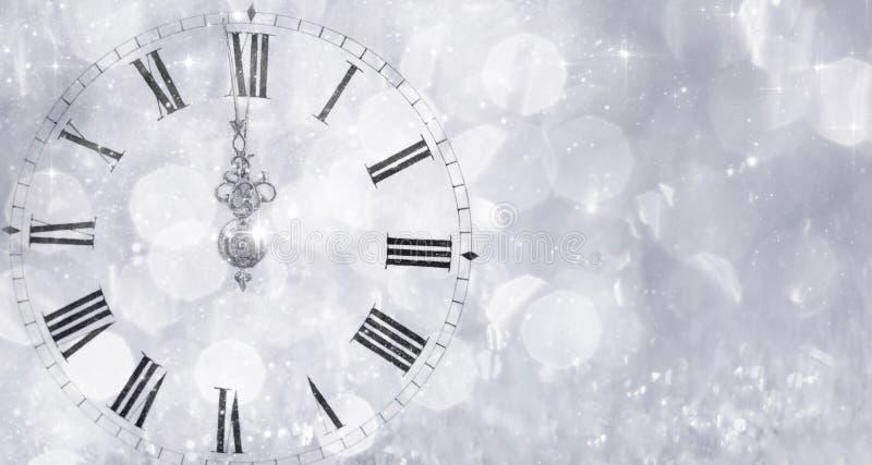 Nowy Rok przy północą - Starzy zegaru i wakacje światła royalty ilustracja