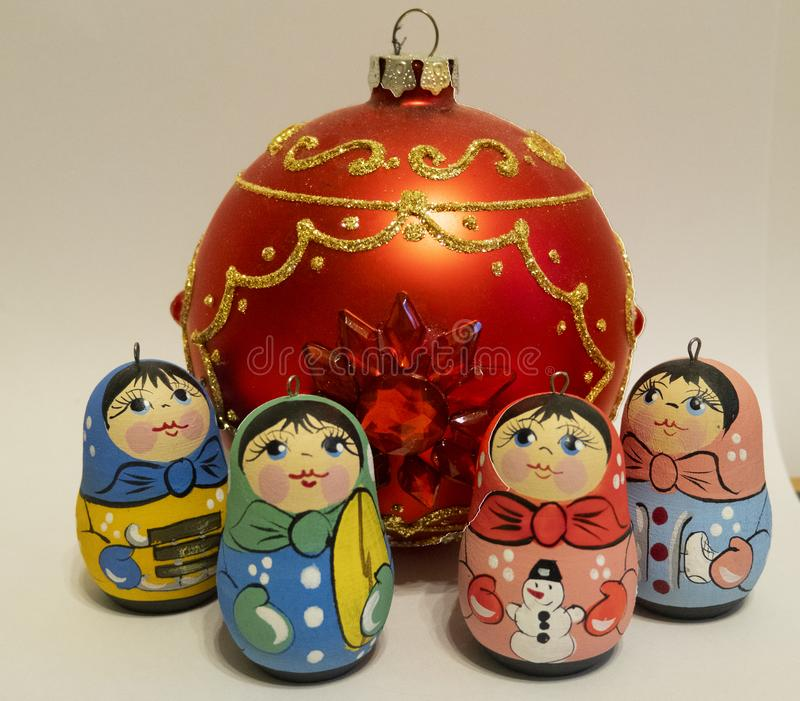 Nowy rok s bawi się, małe rosyjskie lale, czerwona szklana piłka obrazy stock