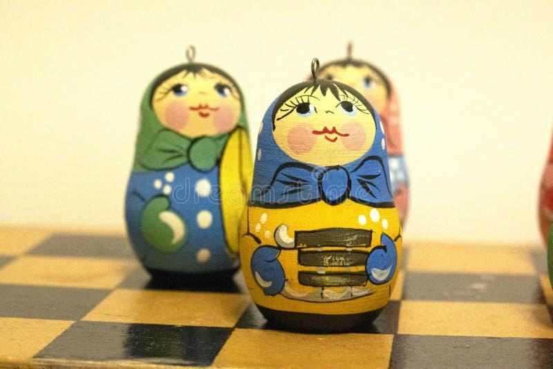 Nowy rok s bawi się, małe rosyjskie lale, jaskrawe zabawki, świętowanie obrazy stock