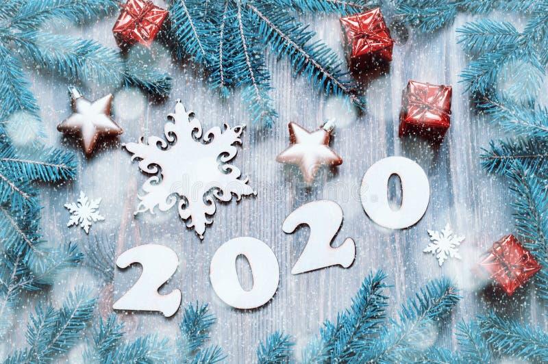 Nowy rok 2020 tło z 2020 r. , zabawki bożonarodzeniowe, gałęzie niebieskiej jodły i płatki śniegu Nowy Rok 2020 fotografia stock