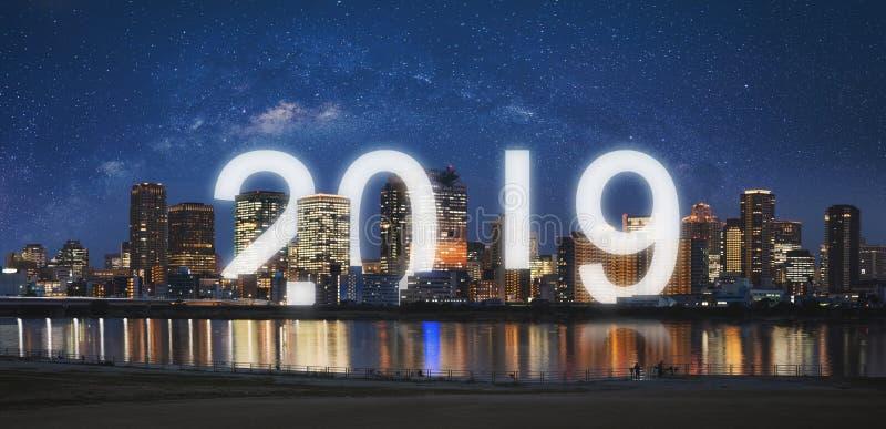 Nowy Rok 2019 w mieście Panoramiczny miasto przy nocą z gwiaździstym niebem i szczęśliwym nowego roku 2019 świętowaniem zdjęcie royalty free