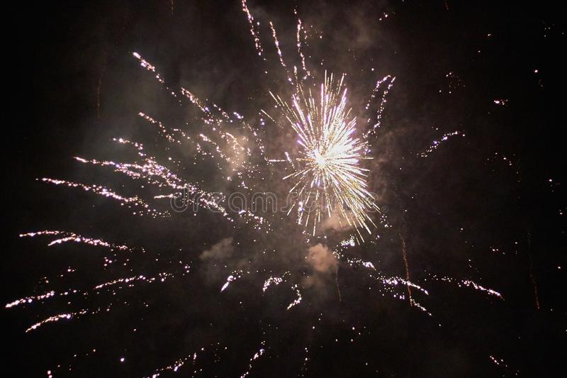Nowy Rok wigilia fajerwerków, kilka rakiety wybucha colourfully z wiele iskrami w pięknym nocnym niebie zdjęcie stock
