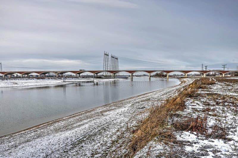 Nowy rzeczny kanał i most w zimie zdjęcia royalty free