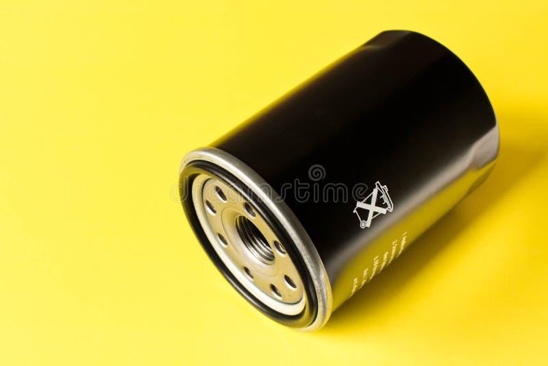 Nowy samochodowy nafciany filtr odizolowywający na żółtym tle obrazy stock