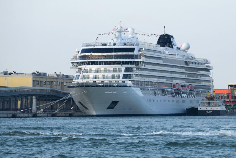 Nowy statku wycieczkowego ` Viking słońca ` firmy ` Viking ocean Pływa statkiem ` w porcie Wenecja obraz royalty free