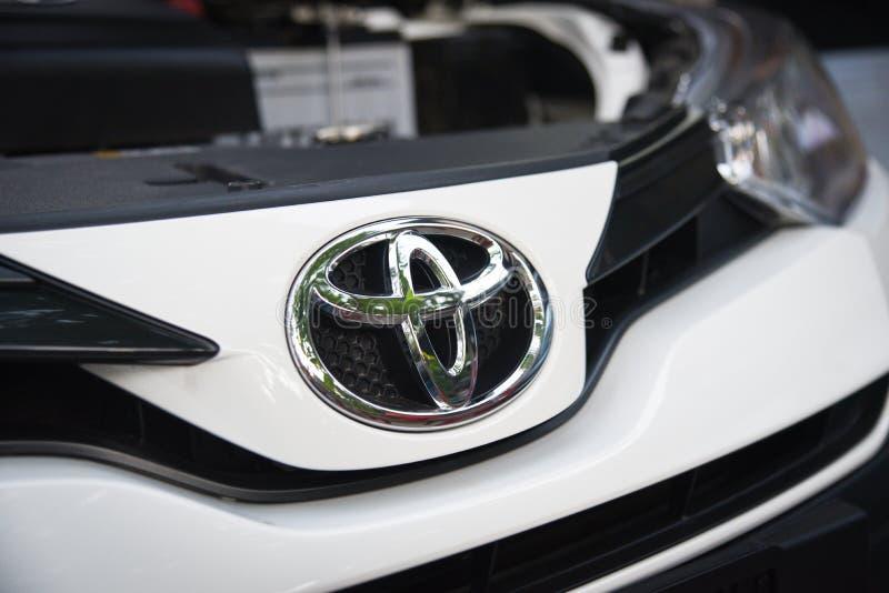 Nowy Toyota yaris ativ 2019 biel z Toyota logo na frontowym samochodowym gatunku od Japonia opierał się fotografia royalty free