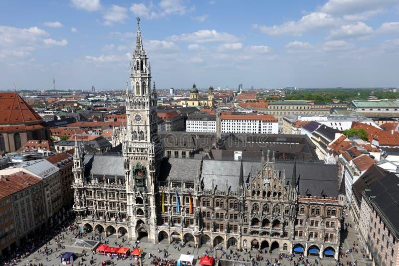 Nowy urząd miasta na Marienplatz w Monachium widoku na pogodnym letnim dniu nad miasto obrazy royalty free