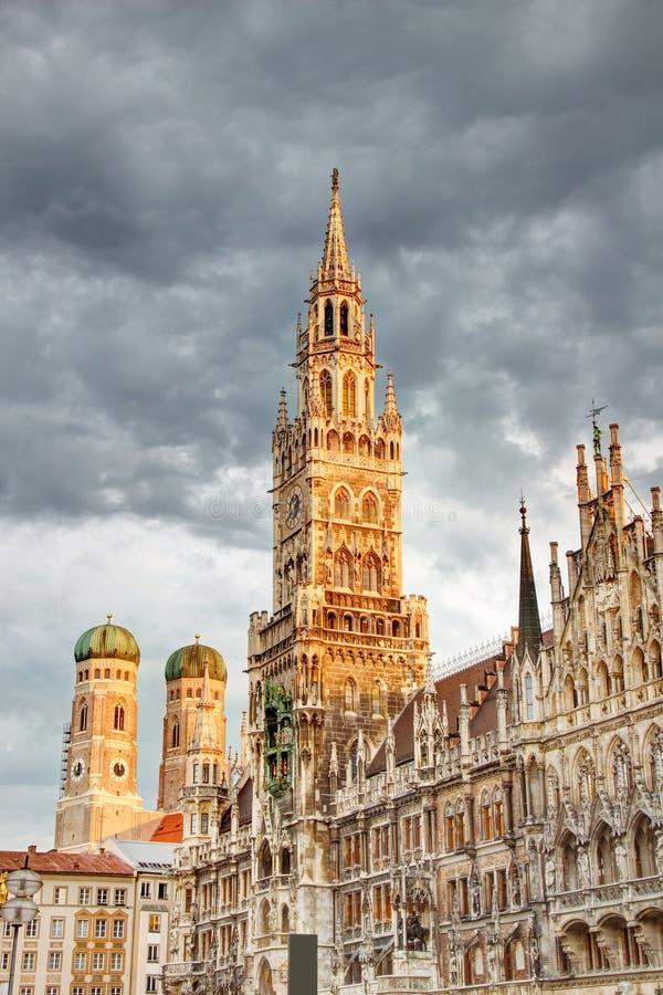 Nowy urząd miasta z Frauenkirche katedrą w Marienplatz Monachium zdjęcie stock