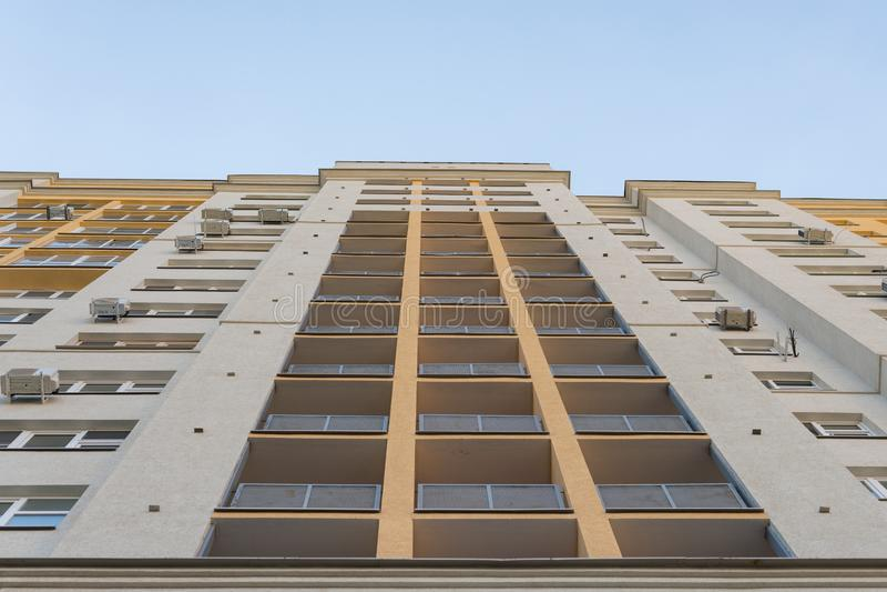 Nowy wysoki wzrosta bloku budynek z lotniczymi conditioners na fasadzie Nowożytny mieszkanie styl obraz royalty free