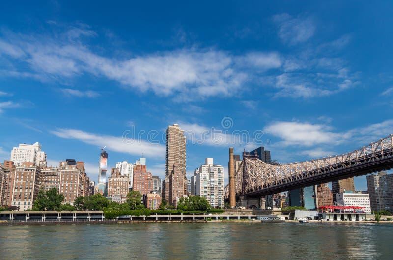 Nowy York budynek mieszkalny wschodnią rzeką od Roosevelt islan obraz stock