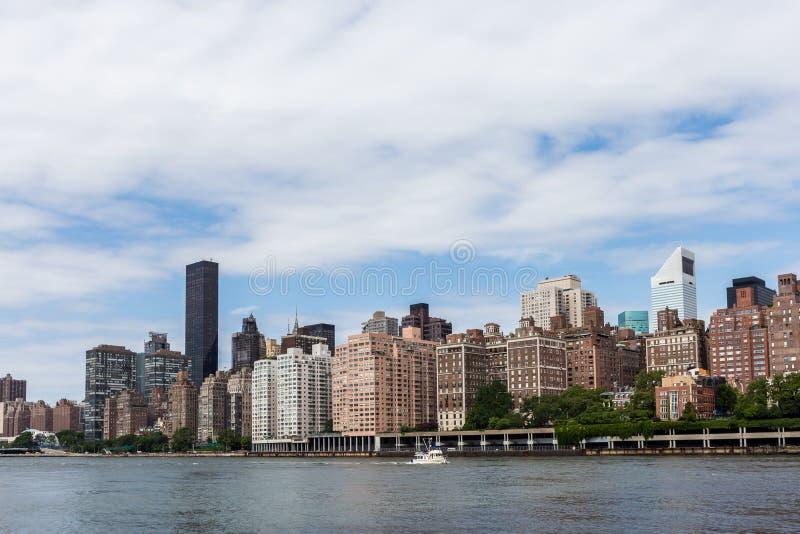 Nowy York budynek mieszkalny wschodnią rzeką od Roosevelt islan obraz royalty free